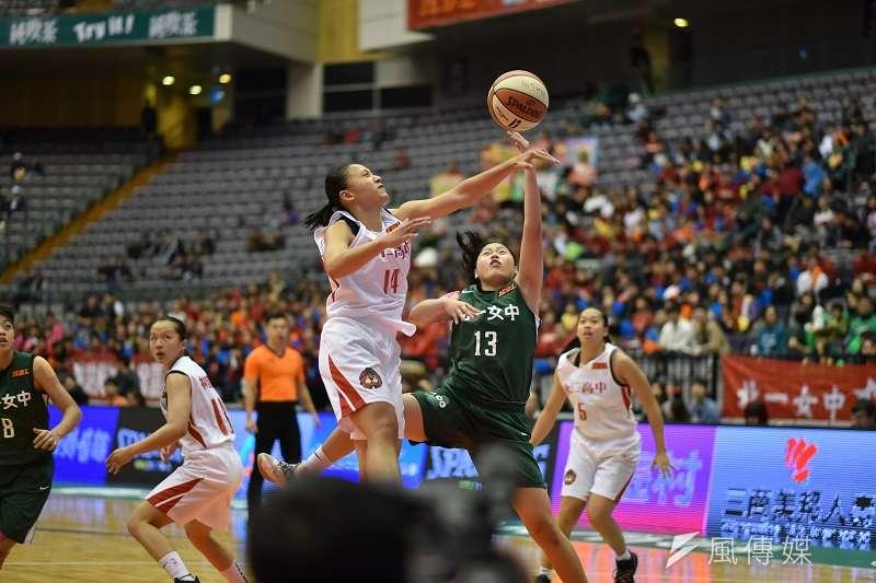 永仁高中靠著出色的防守與鞏固籃板,終場以30分之差擊敗北一女,晉級冠軍戰。 (王永志攝)