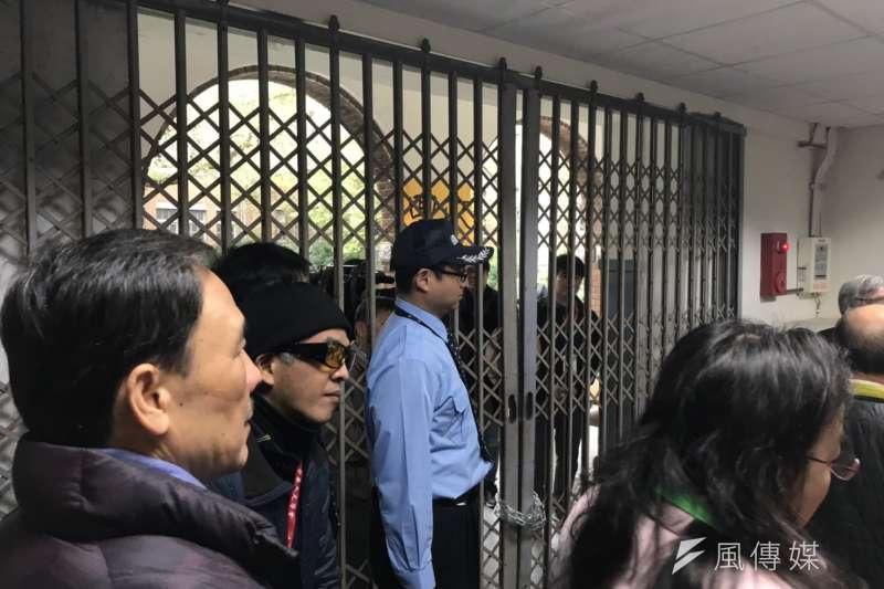 江宜樺台大演講,主辦單位以鐵鍊封住演講廳出入口。(吳尚軒攝)