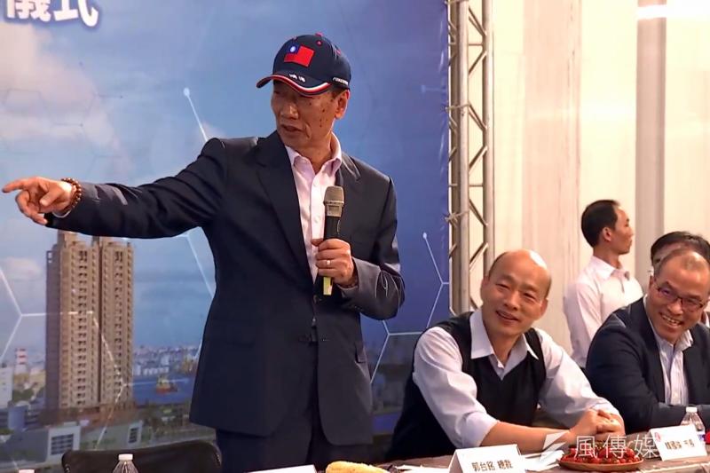 鴻海集團總裁郭台銘(左)今(17)日與高雄市長韓國瑜(中)簽訂合作備忘錄,郭台銘致詞表示,希望能在高雄軟體園區招聘到3000名以上的優秀軟體工程師。(截圖自鴻海集團youtube)