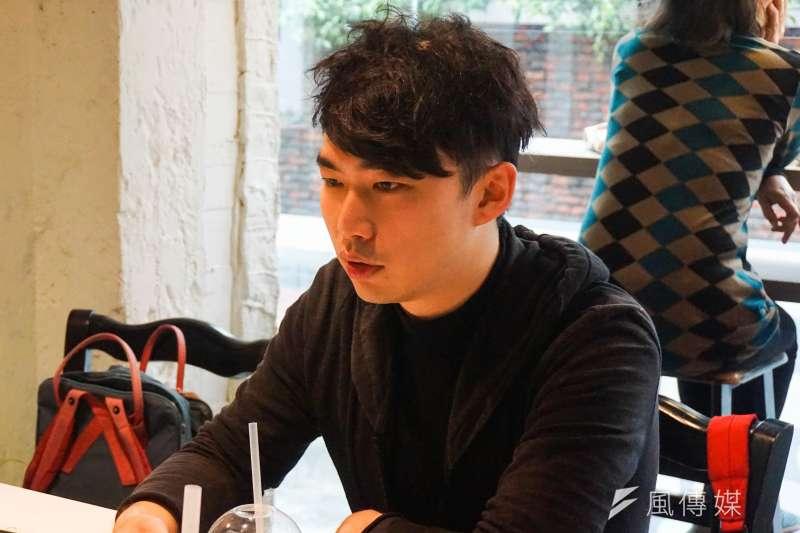 王翔是318學運議場內的藝術小組成員,當時學運領袖接受媒體採訪的記者會,背景的許多作品都出自他的雙手。(臺灣青年民主協會提供)