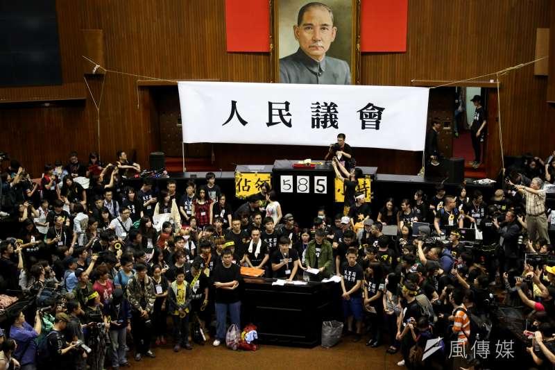 太陽花學運5周年,民進黨18日發布新聞稿指出,民進黨非常重視5年前在立法院外反對國民黨輕易將服貿協議通過審查,最後佔領立法院議場23天的學生抗爭行動,因為這5年來,台灣政治版塊發生重大變動,社會和朝野得以重新省思兩岸政經關係,年輕世代逐漸形成引導社會改變的新力量,都源自於318太陽花學運。(資料照,余志偉攝)