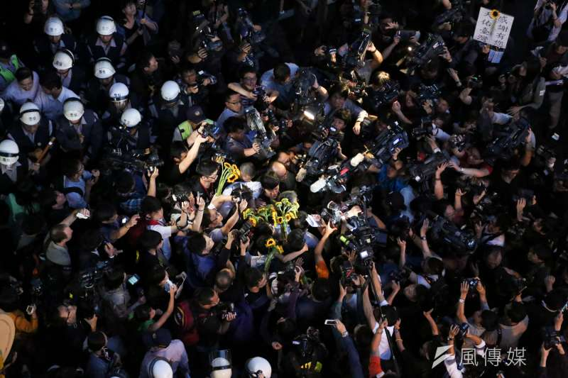 20140410-SMG0019-115-學生佔領立法院最後一天,林飛帆與陳為廷步出議場及立法院。(余志偉攝)