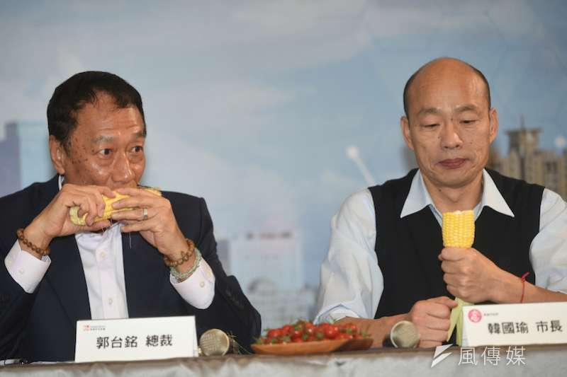 前總統馬英九30日辦經濟論壇,鴻海總裁郭台銘(左)預計將見到高雄市長韓國瑜(右)。圖為兩人4月初會面大啃玉米。(資料照,徐炳文攝)