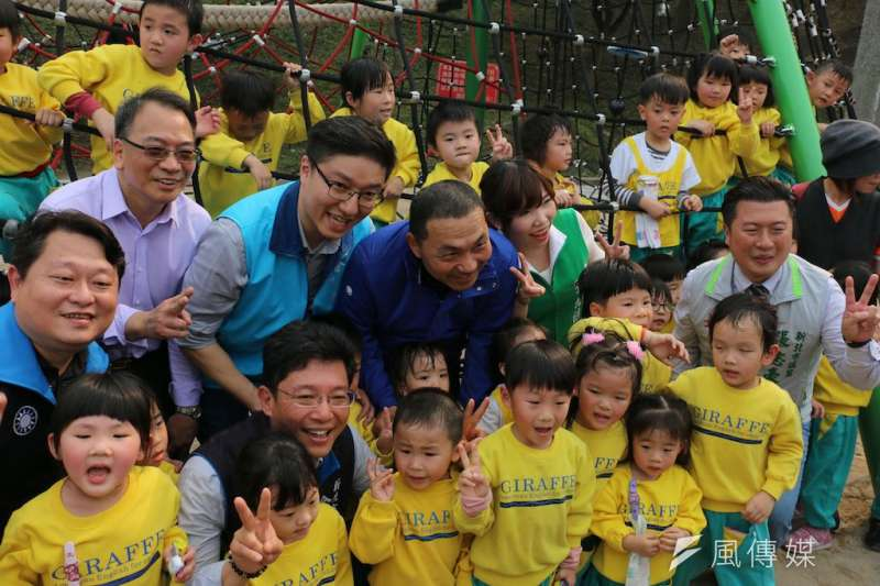新北市長侯友宜(中)表示,未來要進一步推動幼童到銀髮族都適用的「樂齡公園」。(圖/李梅瑛攝)