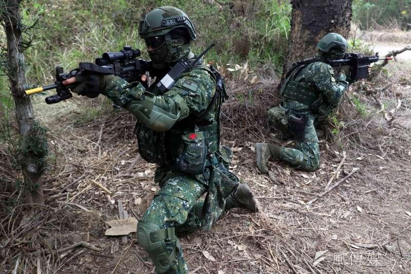 為強化特戰部隊遂行城鎮作戰能力,陸軍特指部特4營日展開總距離達500公里的「濱海城鎮要地行軍訓練」。(蘇仲泓攝)