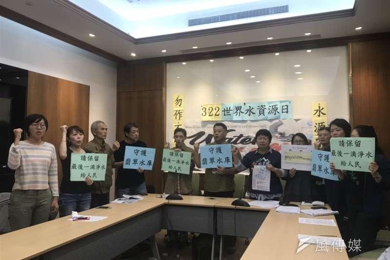 多個環團21日聯手召開記者會,公開呼籲交通部長林佳龍保護翡翠水資源、停止「北宜直鐵提速計畫」開發。(廖羿雯攝)