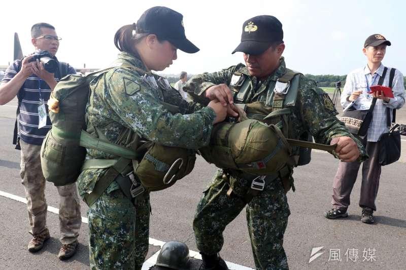 20190321-是否受過傘訓、具備跳傘能力,是普通官兵和特戰官兵最直接的區別。傘兵示意圖。(蘇仲泓)