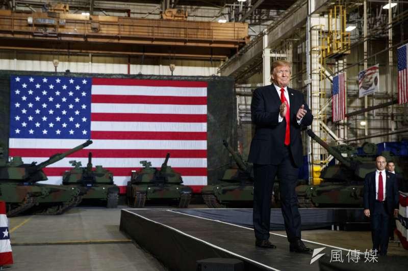 川普20日視察俄亥俄州的聯合系統製造中心,他的身後是迷彩M1A2艾布蘭(Abrams)戰車。(美聯社)