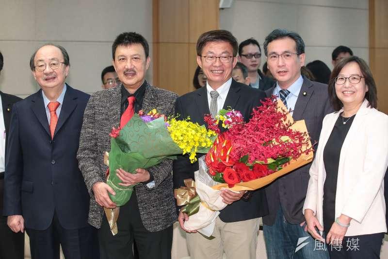 民進黨立委余天(左二)、郭國文(右三)21日於立院宣誓就職。(顏麟宇攝)