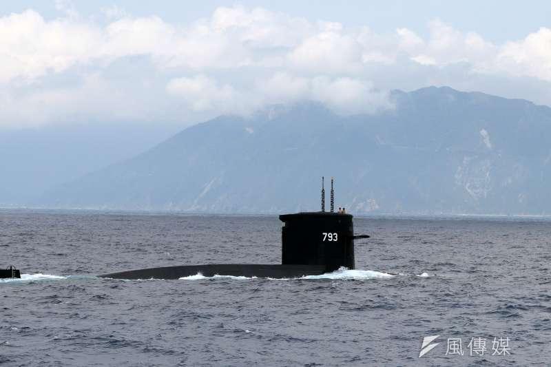 潛艦國造目前普遍認為可能的規格,是和現役荷蘭製造的劍龍級潛艦有相仿的排水量,其他包括外型等細節,軍方人士仍是保密到家。示意圖為海軍現役劍龍級海龍潛艦航行照。(蘇仲泓攝)