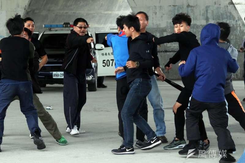 台北市警察局22日在大直橋下,進行「快打部隊壓制聚眾鬥毆實戰演練」。(蘇仲泓攝)