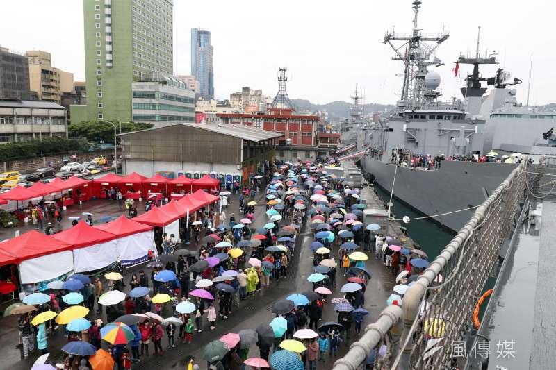 海軍2019年敦睦遠航訓練支隊3月15日自高雄出發,24日來到第5站基隆,開放支隊3艘軍艦供民眾參觀。儘管上午基隆地區天氣陰冷、雨勢不斷,仍吸引不少民眾到場參觀。(蘇仲泓攝)