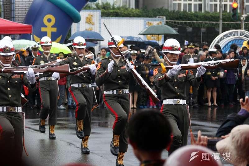 國防部明年將以「中華民國三軍儀隊」名義組團,預計以10人隊伍參賽。圖為陸戰儀隊。(資料照,蘇仲泓攝)