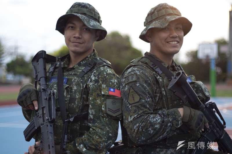 陸軍特指部特4營濱海城鎮要地行軍訓練,特2連兄弟檔哥哥劉書村中士(右)、弟弟劉書延一兵(左)。(資料照,陸軍司令部提供)