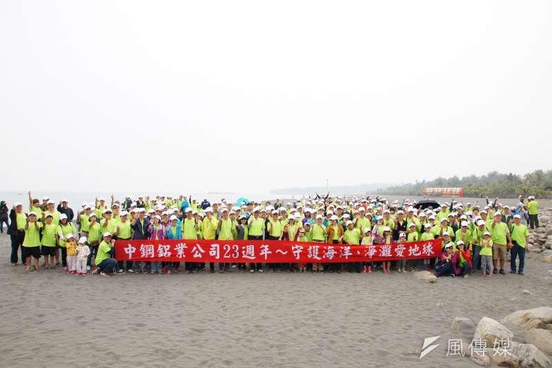 中鋼鋁業公司與近700位員眷,前往「高雄旗津海水浴場」一同進行淨灘活動。(圖/徐炳文攝)