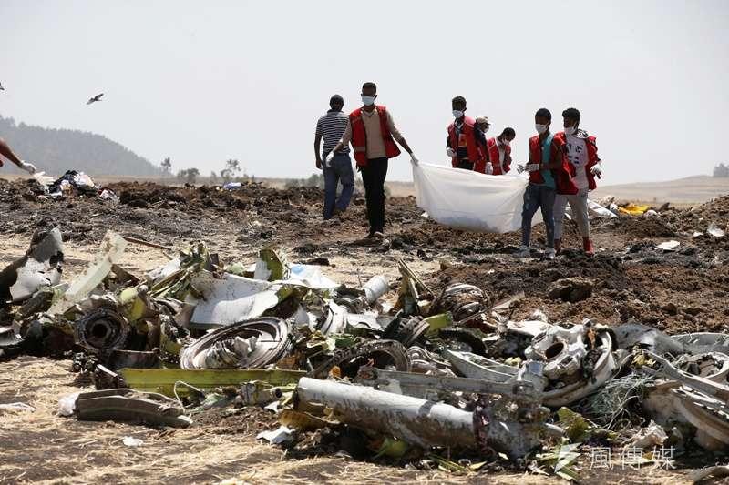 衣索比亞紅十字會成員,在衣航客機失事現場搜尋遇難者遺骸。(圖/*CUP)