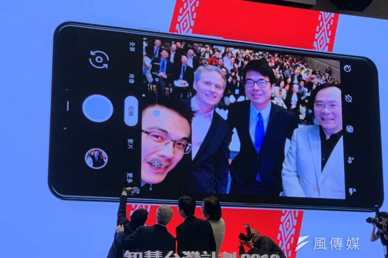 Google董事總經理簡立峰(右一)與行政院副院長陳其邁等人,在智慧台灣計畫論壇台上自拍。(尹俞歡攝)