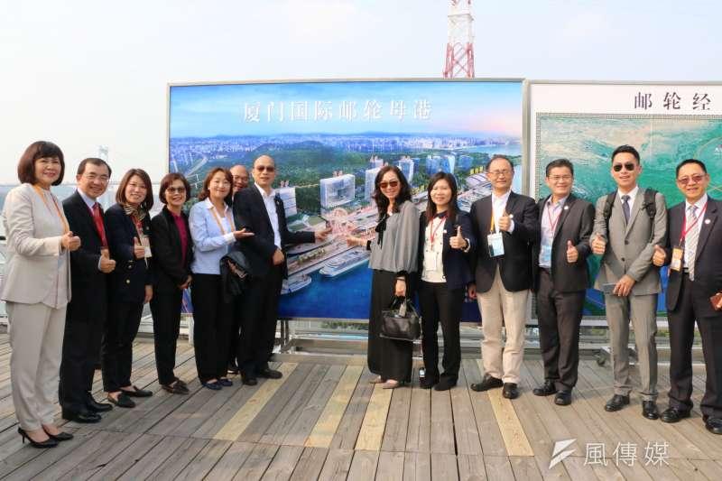 高雄市長韓國瑜(左六)搭乘動車來到廈門,參訪國際郵輪中心、廈門規劃館。(圖/徐炳文攝)
