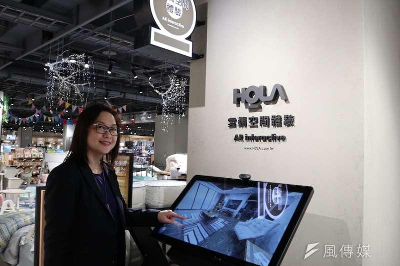 傢具業者親自示範,在大墩商圈最新型態居家美學概念店裡的數位科技,只要點一下點腦螢幕就可以配置出自家客廳需要的居家配置。(圖/記者王秀禾攝)