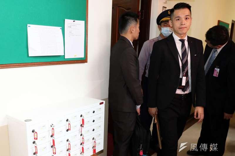 20190328-立法院外交國防委員會28日邀請國防部針對「潛艦國造執行進度」進行機密報告,由於會議採全程機密,上午在委員會外再度出現俗稱「養機場」的手機保管櫃。圖左為會議室外的手機保管櫃。(蘇仲泓攝)