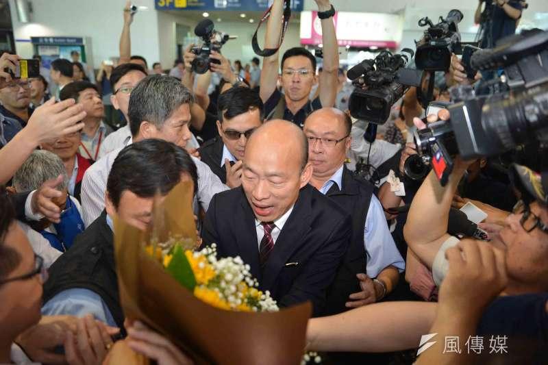 高雄市長韓國瑜一行風塵僕僕自廈門返抵高雄,機場約有千名熱情民眾到場接機。(圖/徐炳文攝)