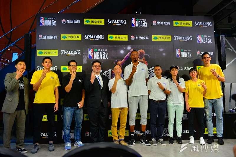 前NBA球星「高砲塔」路易斯(Rashard Lewis)本週訪台,為「國泰 NBA 3x」活動站台,林彥廷(左二)、陳孟欣(右二)以及溫立煌等國內球員也一同參與。 (金茂勛攝)