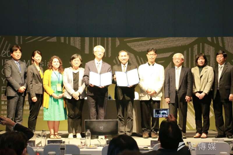 新北市長侯友宜29日出席「第4屆IFOAM 亞洲有機青年論壇國際研討會閉幕式」,與國際有機農業亞洲聯盟(IFOAM Asia)主席周澤江簽署MOU, 正式成立「亞洲有機行銷智能中心」,共同為亞洲有機農業發展提供服務。(圖/李梅瑛攝)