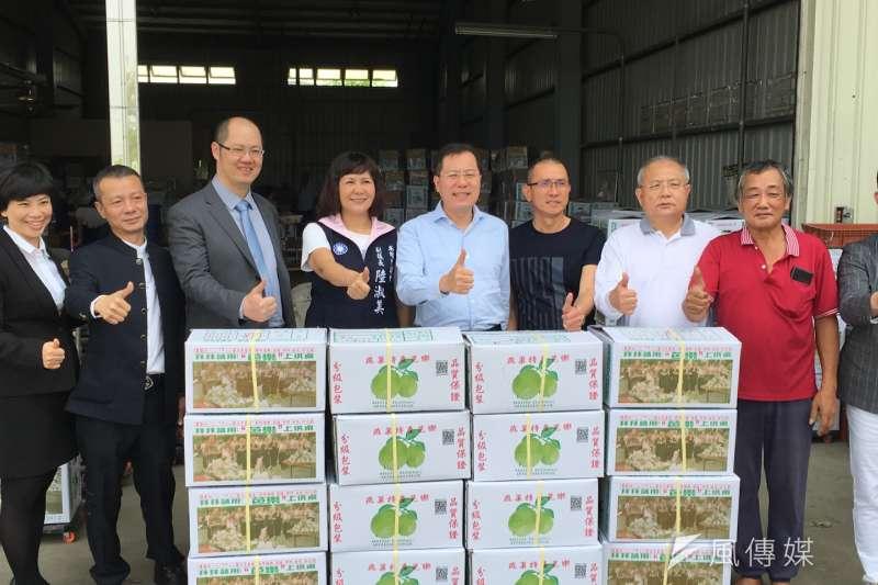 高雄市副議長陸淑美、農業局長吳芳銘推薦台灣盛發生鮮農產品公司與上海曾泰股權投資基金公司合作,下訂總價約1380萬台幣的芭樂訂單。(圖/徐炳文攝)