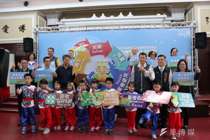 台中市環保局舉辦「綠色生活從心出發、友善環境守護地球」大甲媽祖遶境資源回收宣導活動。(圖/記者王秀禾攝)