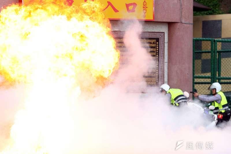 新北市警察局中和分局下午在烘爐地舉行「靖勇專案」實警演練,想定某國海盜組織不滿長期遭該國打擊,遂進入台灣綁架該國來台參與潑水節的代表,並挾持一輛公車。圖為警方遭匪徒以爆裂物攻擊。(蘇仲泓攝)