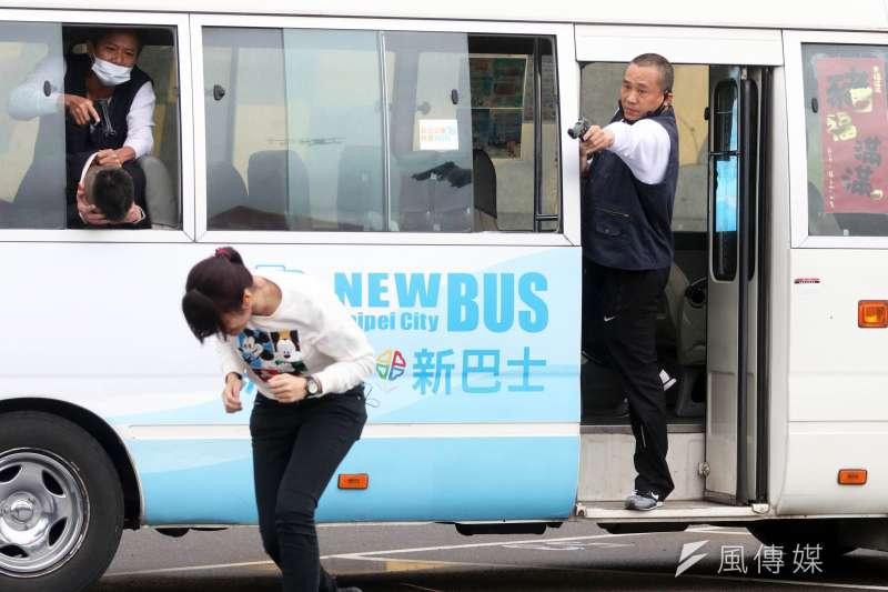 20190401-新北市警察局中和分局下午在烘爐地舉行「靖勇專案」實警演練,想定某國海盜組織不滿長期遭該國打擊,遂進入台灣綁架該國來台參與潑水節的代表,並挾持一輛公車。(蘇仲泓攝)