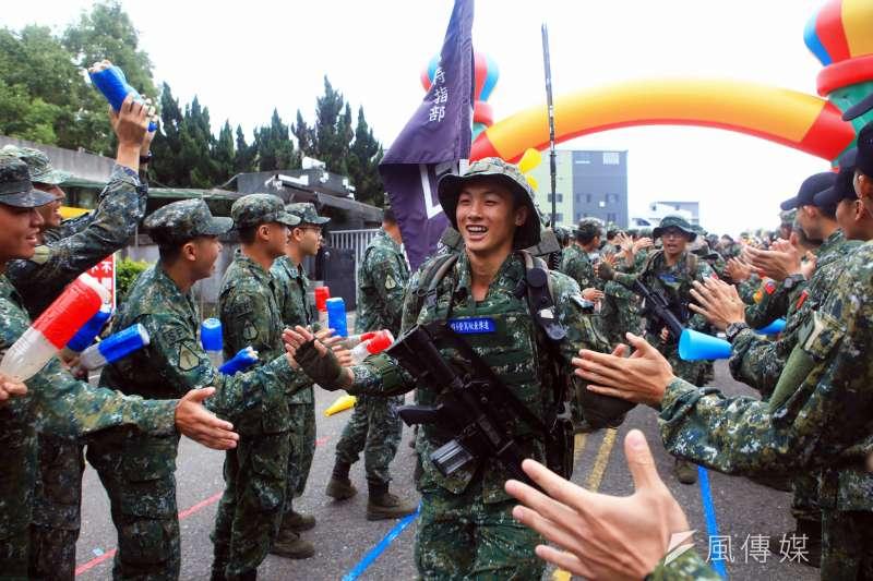 為期20天的濱海城鎮要地行軍訓練昨天落幕,完訓的特4營官兵返回營區,受到同袍熱烈歡迎。(陸軍司令部提供)