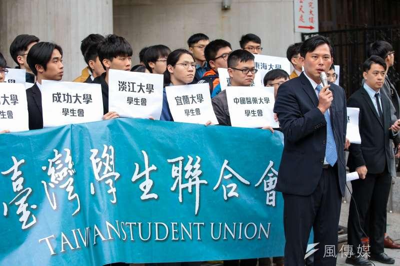 全台各地30多所大專校院學生自治組織1日於立法院外召開記者會,宣示「台灣學生聯合會」正式成立。(顏麟宇攝)