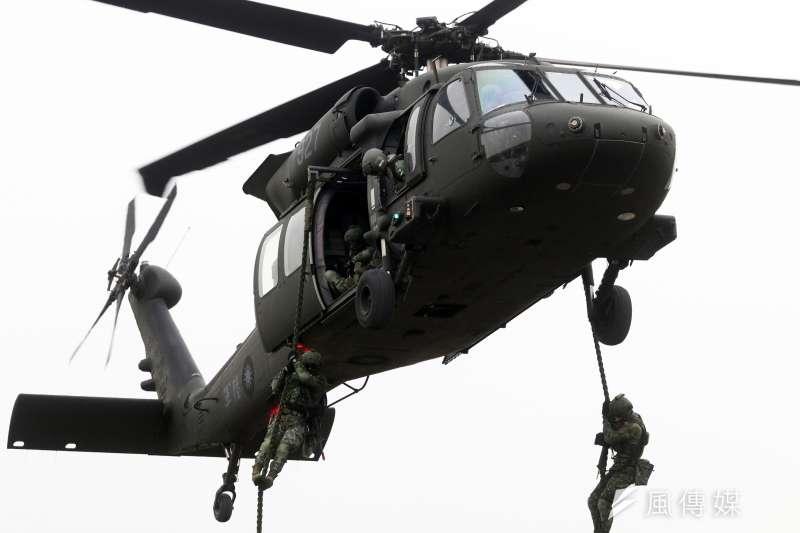 陸軍過去以「天鳶」為專案名稱,向美採購總數60架的UH-60M黑鷹直升機,用以汰換老舊的UH-1H直升機,現已成為軍方特戰部隊執行機降、繩降時的「好朋友」。圖為特戰部隊人員以黑鷹直升機作為載具進行繩降。(蘇仲泓攝)