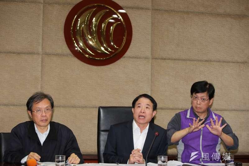蘇內閣及綠委強力打「假新聞」,並要求NCC要強硬理,圖為NCC副主委翁柏宗(中)、內容事務處長黃金益(左)3日於會議後召開例行記者會。(資料照片,顏麟宇攝)