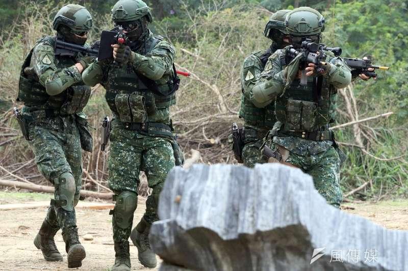 陸軍特指部特4營本月1日完成為期20天,總距離500公里的濱海城鎮要地行軍訓練,過程中特戰官兵進行多元訓練內容,提升特種作戰技能。(蘇仲泓攝)