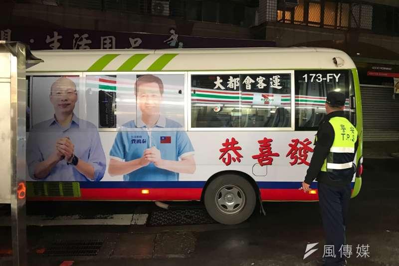 20190403-將競選連任的國民黨現任立委費鴻泰,在台北市第七選區的公車上,已出現與高雄市長韓國瑜合體拜票的競選廣告。(風傳媒)