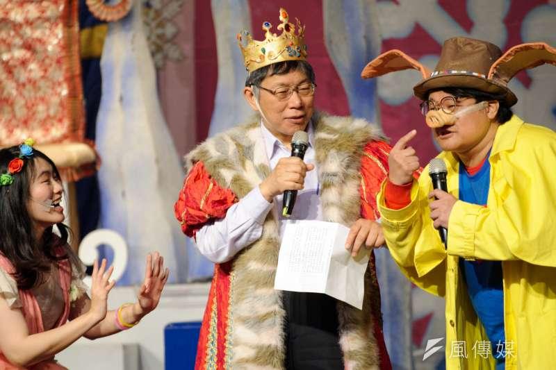台北市長柯文哲4日裝扮成「森林國王」現身台北市兒童新樂園的兒童節慶祝活動,在舞台上被詢問對於今天的裝扮是否滿意?柯文哲笑回想演烏龜,因為殼比較厚,不怕被K。(甘岱民攝)