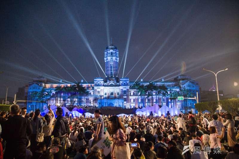 圖為總統府音樂會,民眾聚集於總統府前。(資料照,甘岱民攝)