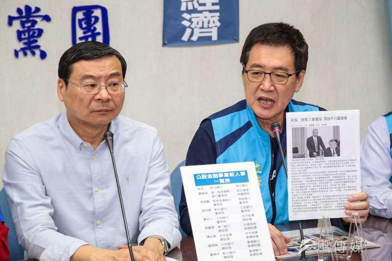 國民黨立委曾銘宗、費鴻泰(右)等人召開「公股行庫人事調動亂了套」記者會。(顏麟宇攝)