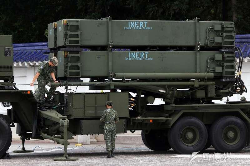 美製「愛國者防空飛彈」是我國高空層防禦的重要武器。圖為愛國者飛彈對外展示,官兵進行檢整。示意圖。(資料照,蘇仲泓攝)