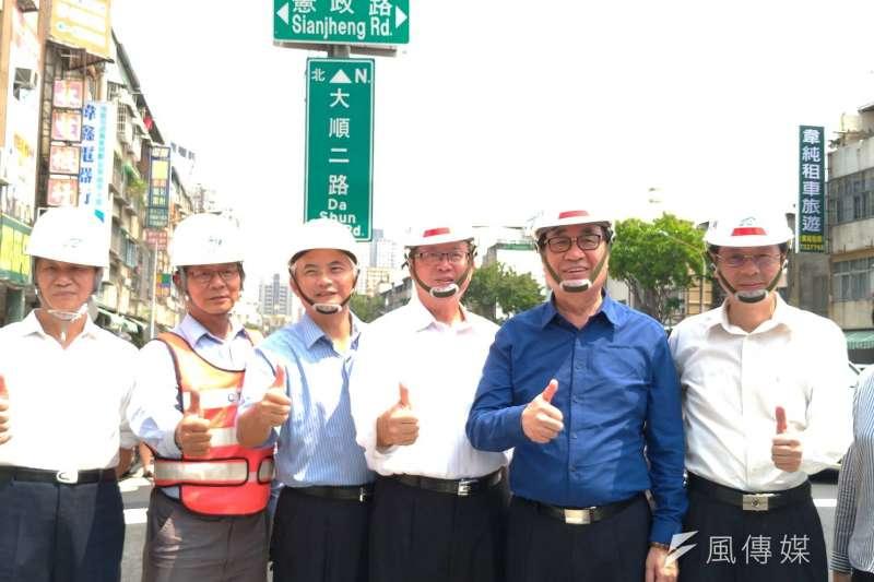 鐵路地下化的高雄大順陸橋在高市府副市長李四川(右二)巡視後,宣布開放中間車道通行。(圖/徐炳文攝)