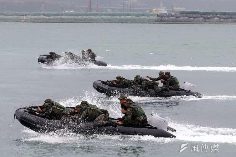 反恐演練「金華演習」和「海安演習」,今年兩者將結合,預計在5月4日於台北港登場。圖為海軍陸戰隊3月22日配合營區開放活動在台北港操作橡皮艇。(資料照,蘇仲泓攝)