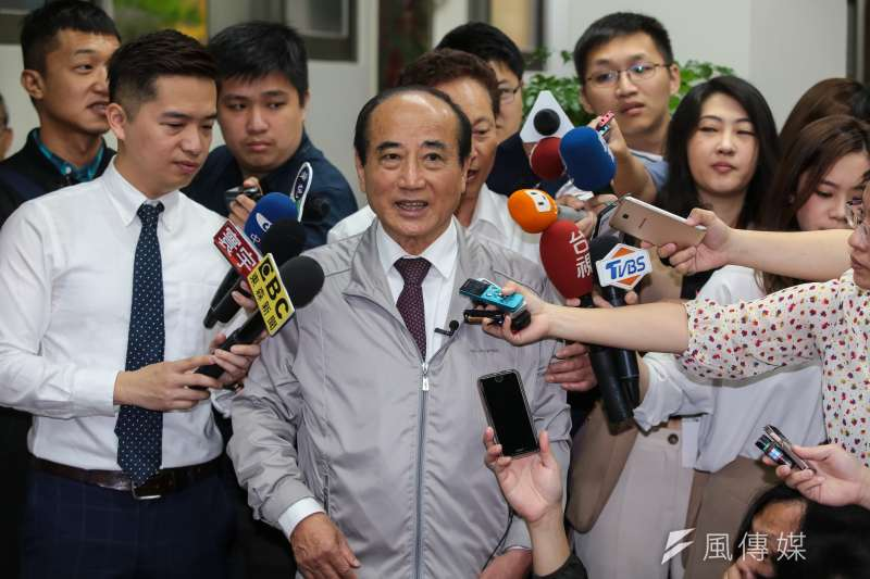 前立法院長王金平(中)晚間證實,已敲定周四上午與黨主席吳敦義會面。(資料照,顏麟宇攝)