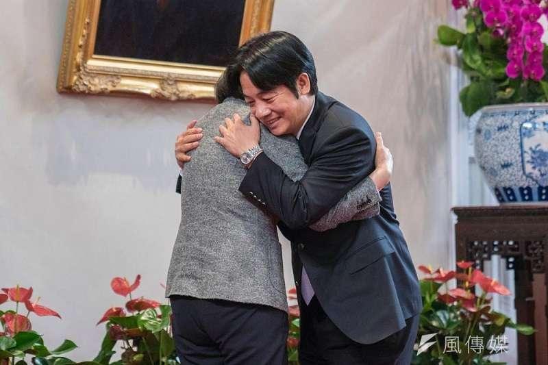 蔡英文總統擁抱前行政院長賴清德,感謝他任內的貢獻之際,絕對想不到兩個月後,一再表示不會挑戰蔡英文的賴清德,竟成了她的競爭者。總統府flickr
