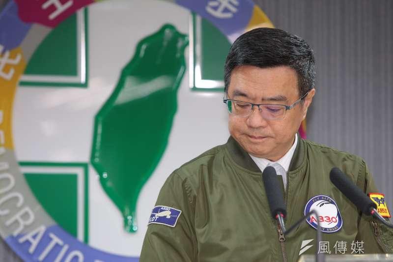 民進黨主席卓榮泰9日召開記者會,針對黨內總統初選進行說明,夾在蔡英文及賴清德的支持者之間,卓榮泰顯得左右為難。(顏麟宇攝)