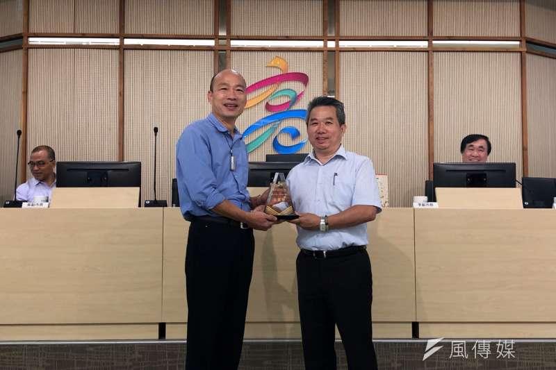 高雄市長韓國瑜(左)於市政會議時,接受環保局獻獎。(圖/徐炳文攝)