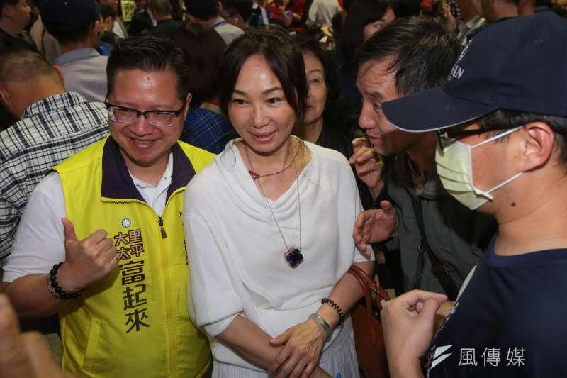 高雄市長韓國瑜29日表示,近期有朋友傳了一張太太李佳芬佩戴祖母綠的照片給他看,指有人攻擊李佳芬(見圖)當了市長夫人後,連珠寶價格都翻漲。韓國瑜表示,「那個是空氣濾清機。」(資料照,顏麟宇攝)