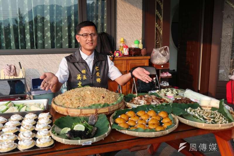 南投仁愛鄉長吳文忠介紹極具特色的原住民料理。(圖/王秀禾攝)