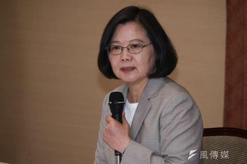 總統蔡英文(見圖)20日傍晚在臉書發文反擊高雄市長韓國瑜,表示她有沒有當過兵跟國軍有沒有戰力是兩回事。(資料照,蔡親傑攝)